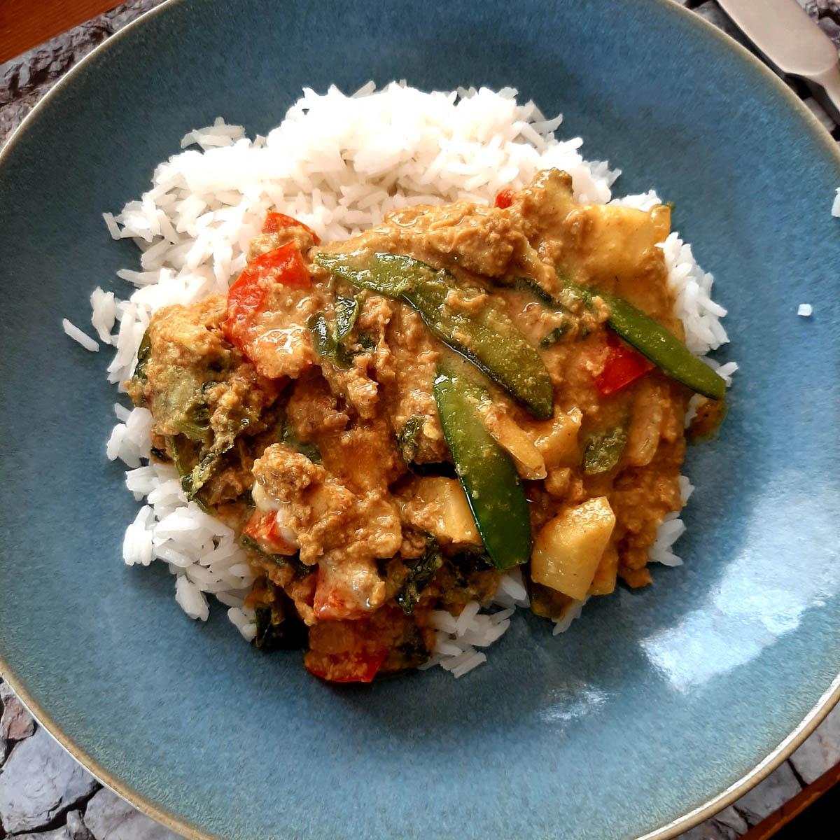 Curry met peultjes, sugarsnaps en meiraap