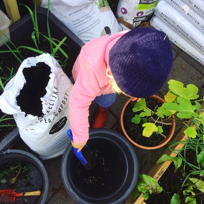 Potten bijvullen met compost