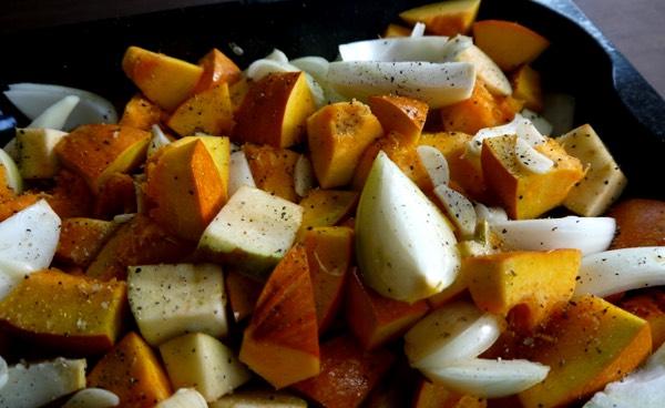 Ovenschaal met de pompoen, appel, uien, peper en knoflook