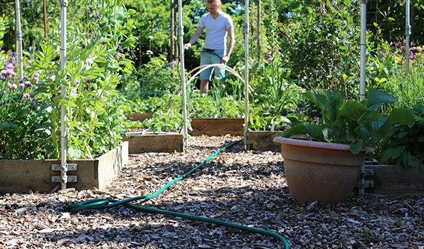 Water in een tuinslang in de zon wordt snel te heet