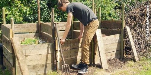 Van de vers groenafval, mest en houtsnippers maak je een mengsel voor compost