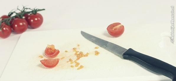 Haal de zaadjesprut uit het tomaatje