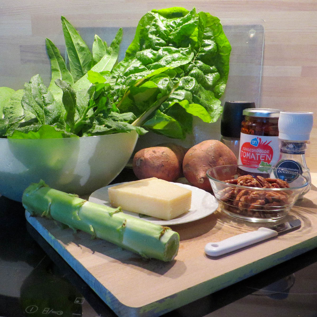 Ingrediënten voor de roerbak met stengelsla uit de Makkelijke Moestuin