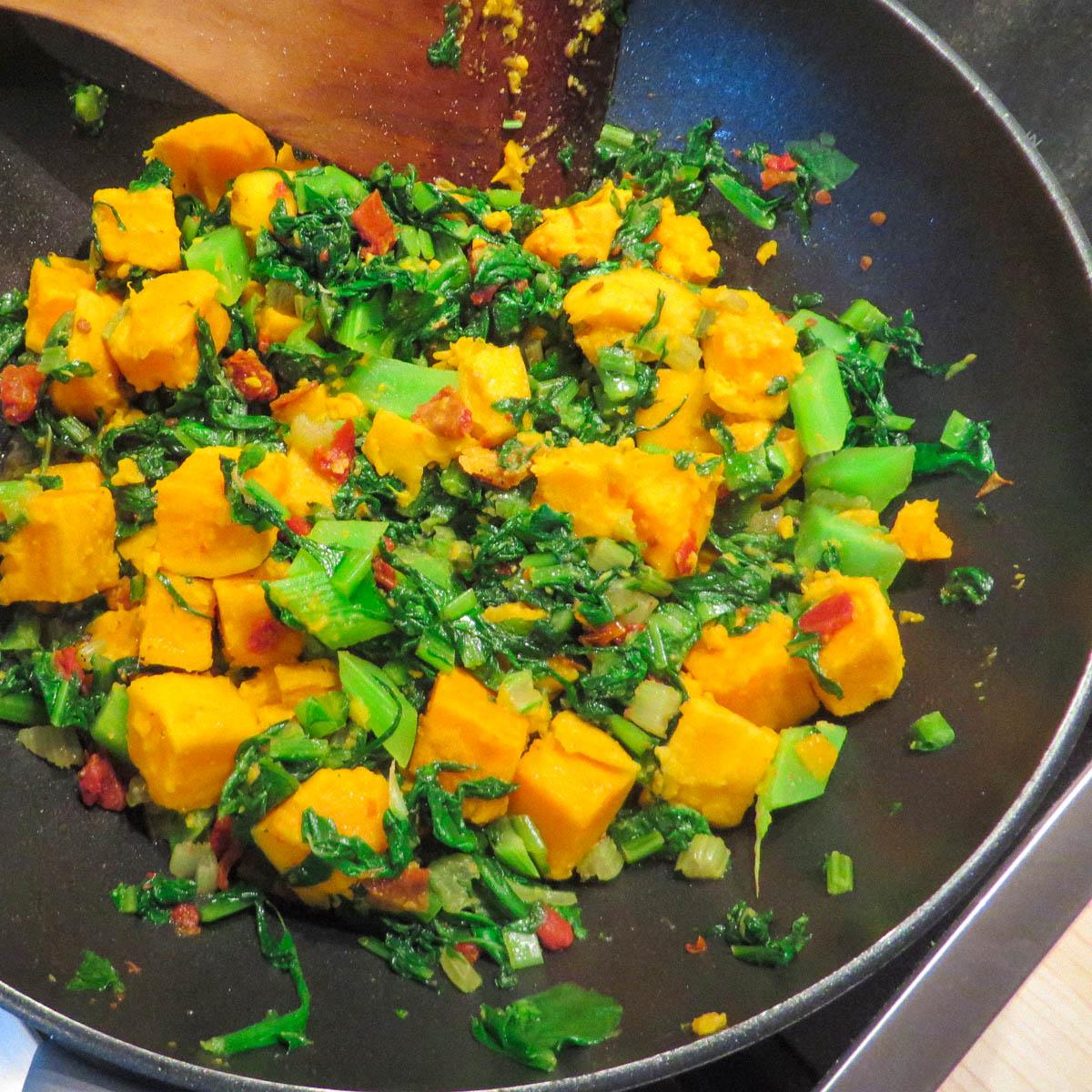 Roerbakschotel met zoete aardappel en groentes uit de Makkelijke Moestuin