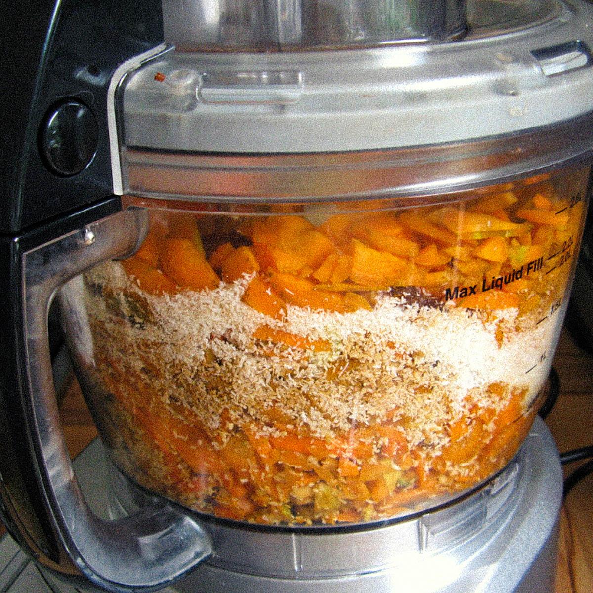 Alle ingredienten voor de glutenvrije wortelcake in de keukenmachine