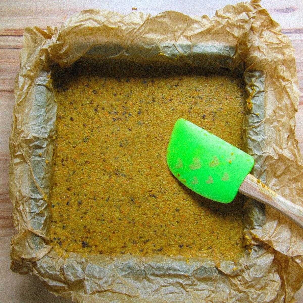 Mengsel voor glutenvrije wortelcake in bakvorm