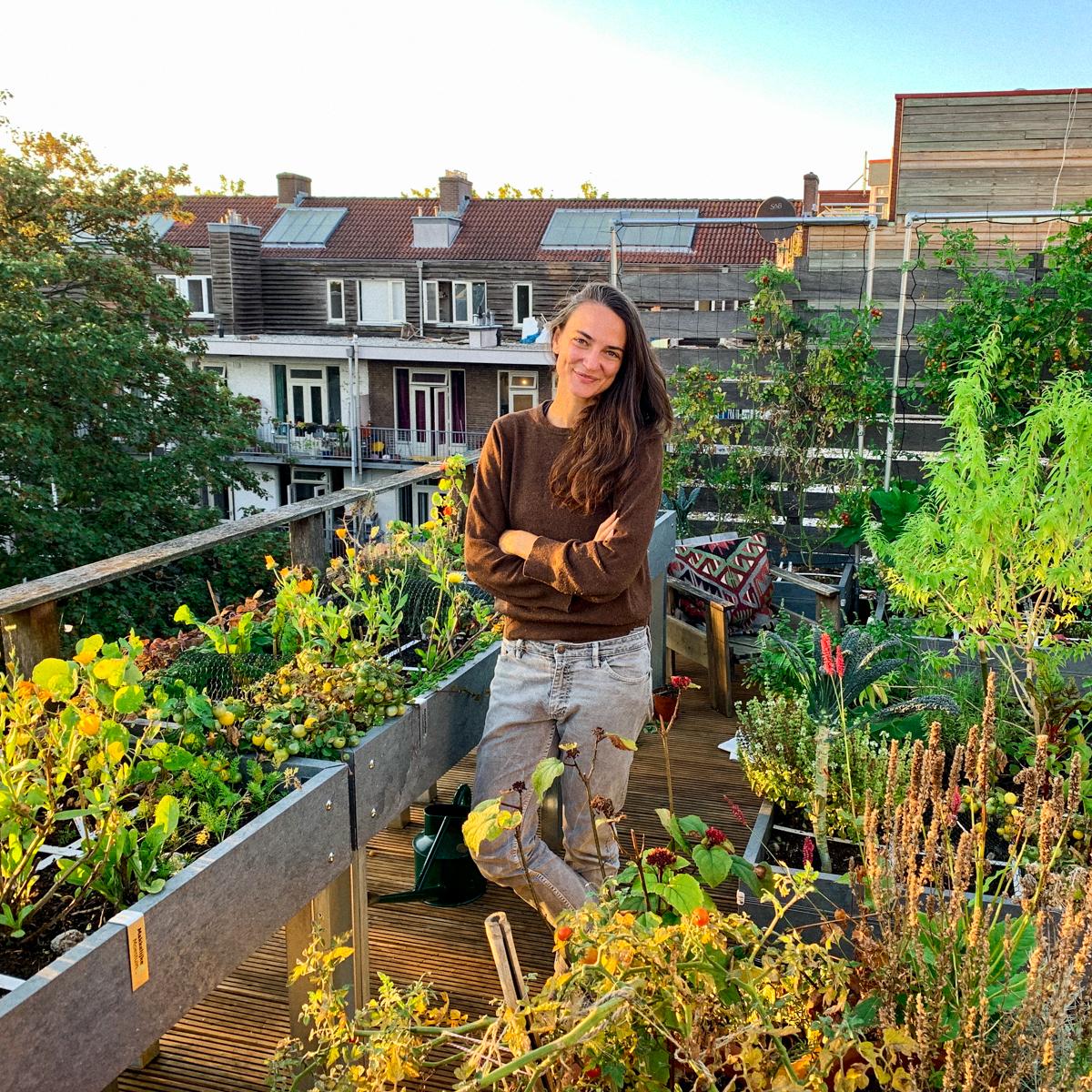 Sarah bij haar Makkelijke Moestuinbakken op het dakterras